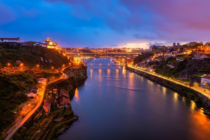 Río del Duero y puente de Dom Luis I en Oporto Portugal en la oscuridad foto de archivo