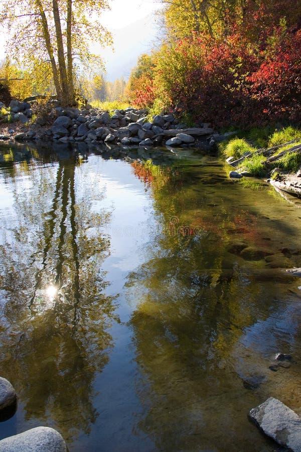 Río del otoño escénico foto de archivo
