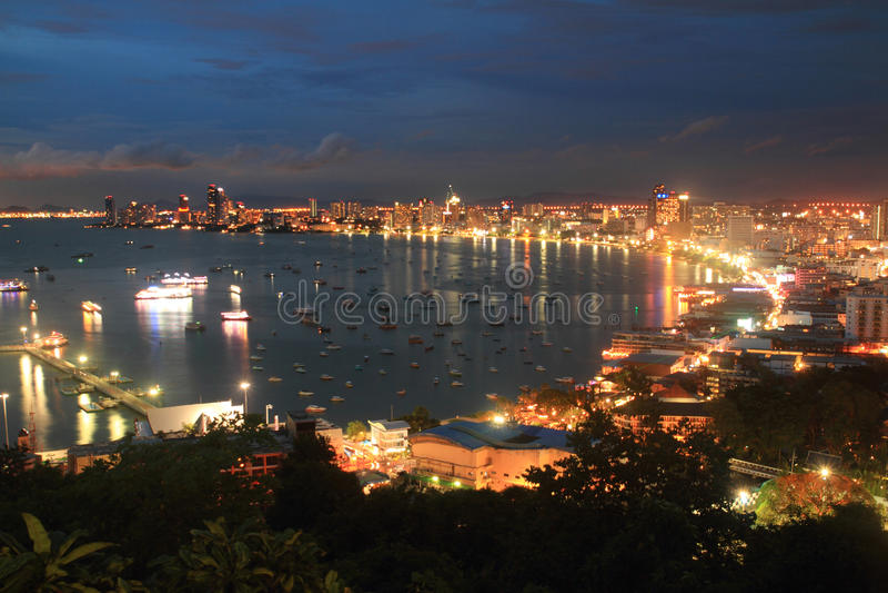 Río del paisaje y de la señal y ciudad Tailandia de pattaya imagenes de archivo