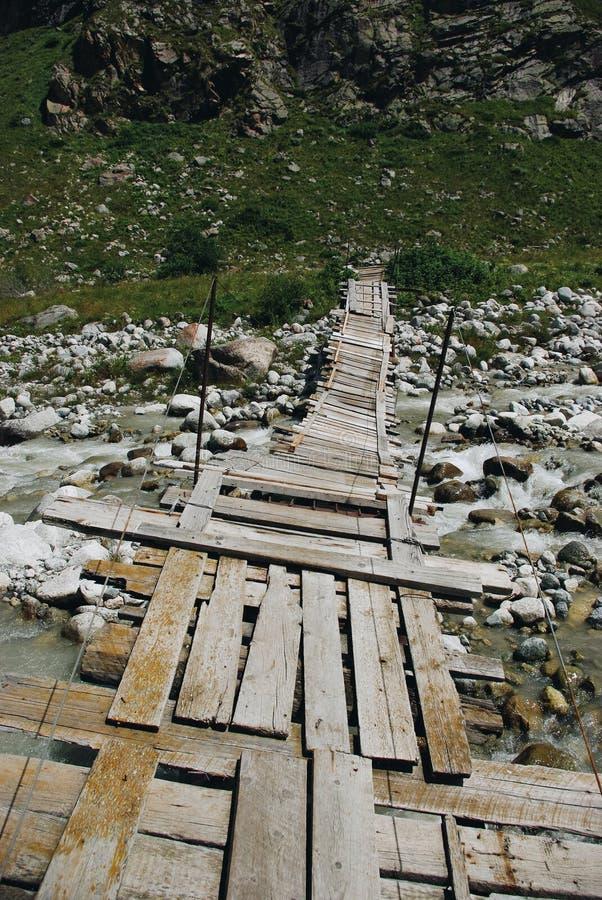 río del puente de madera y de la montaña, Federación Rusa, el Cáucaso, imágenes de archivo libres de regalías