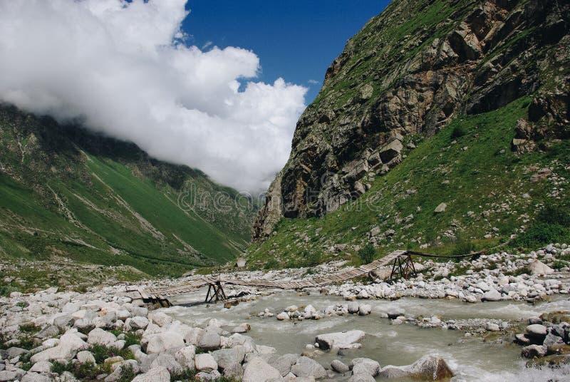 río del puente de madera y de la montaña, Federación Rusa, el Cáucaso, foto de archivo