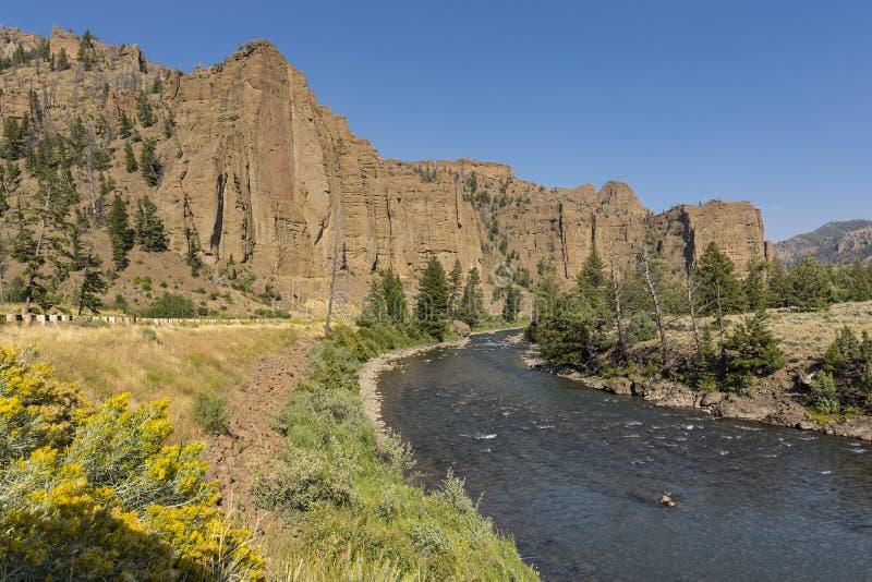 Río del Shoshone de North Fork al este del parque nacional de Yellowstone cerca de Cody Wyoming foto de archivo