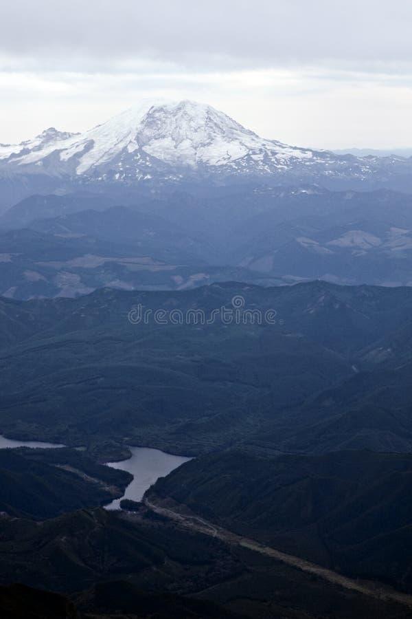 Download Río delante de la montaña foto de archivo. Imagen de montañas - 7284390
