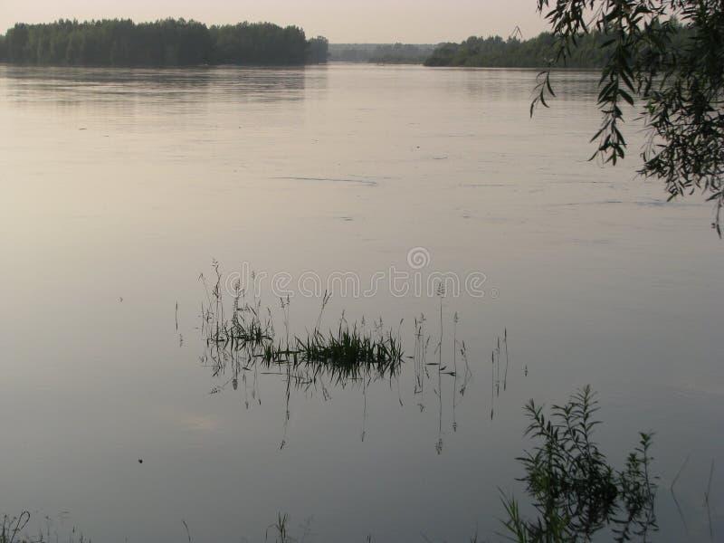 Río después de la puesta del sol imagen de archivo libre de regalías