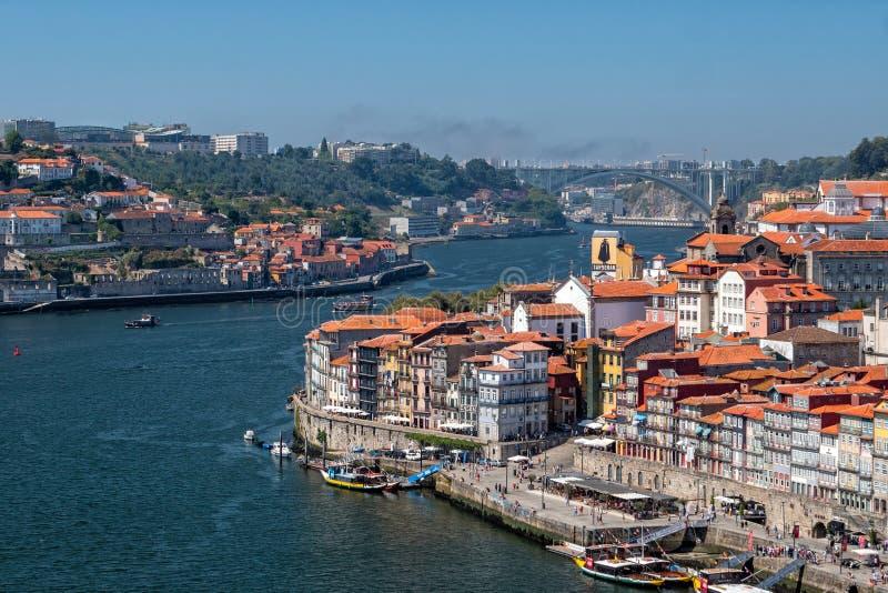 Río el Duero que serpentea más allá de Oporto, Portugal fotos de archivo
