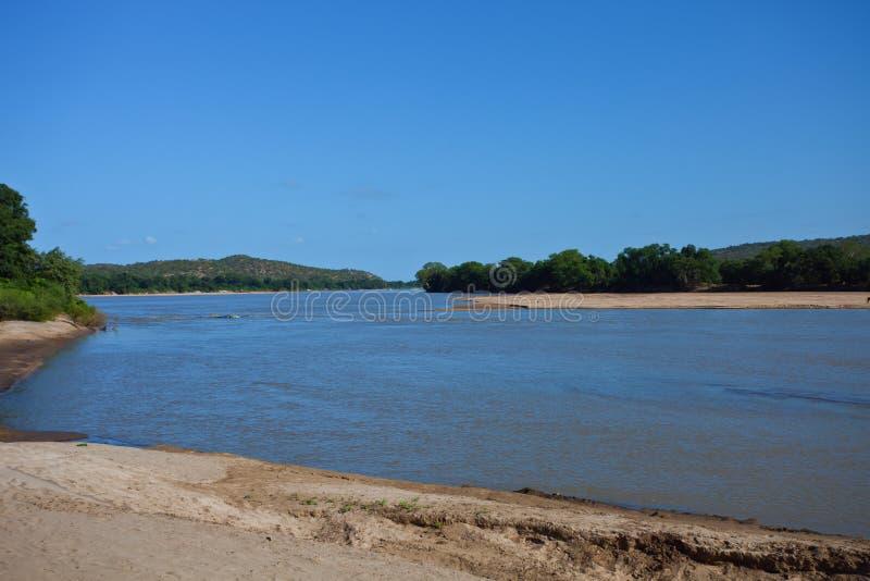 Río el Limpopo en la frontera de Suráfrica y de Zimbabwe fotos de archivo