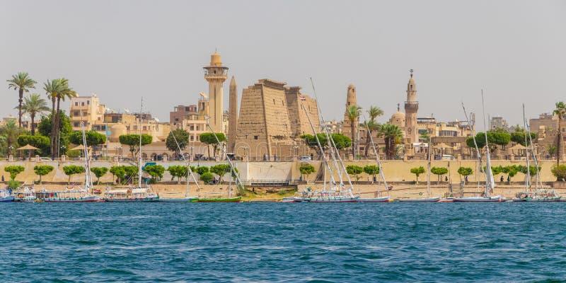 Río el Nilo y el templo egipcio, visión desde un barco, Luxor, Egipto fotografía de archivo libre de regalías