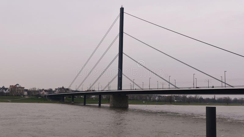 Río el Rin en Düsseldorf Alemania, puente de Theodor Heuss con vistas al horizonte foto de archivo