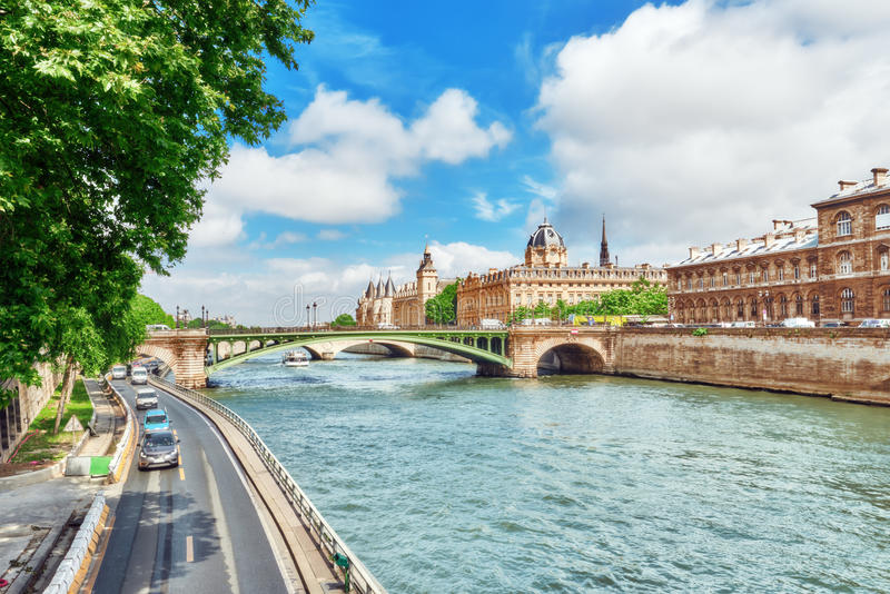 Río el Sena, registro de la corte comercial y del puente o de París imagen de archivo