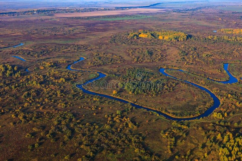 Río en el paisaje de la altura del vuelo de los pájaros imagenes de archivo