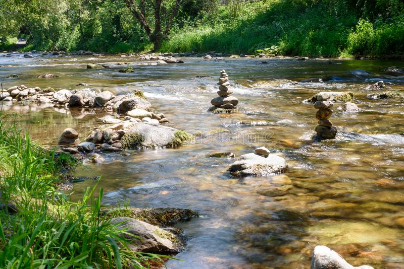 Río en la ciudad de Friburgo, Alemania, piedras imagen de archivo libre de regalías
