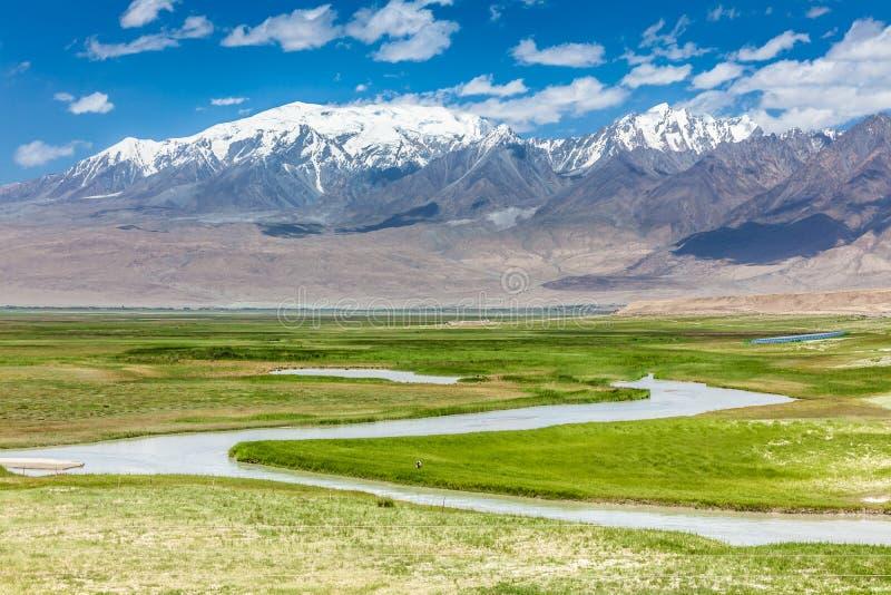 Río en la meseta de Pamir fotos de archivo