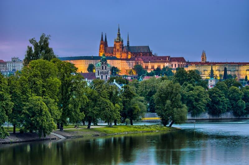 Río en la noche, Praga, República Checa de Hradcany y de Moldava imagen de archivo libre de regalías