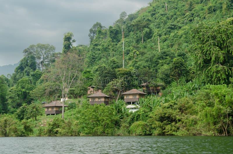 Río en las selvas tropicales de Indochina imagenes de archivo