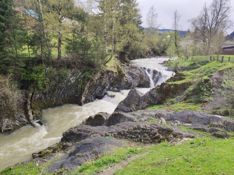 Río en los Cárpatos ucranianos fotografía de archivo