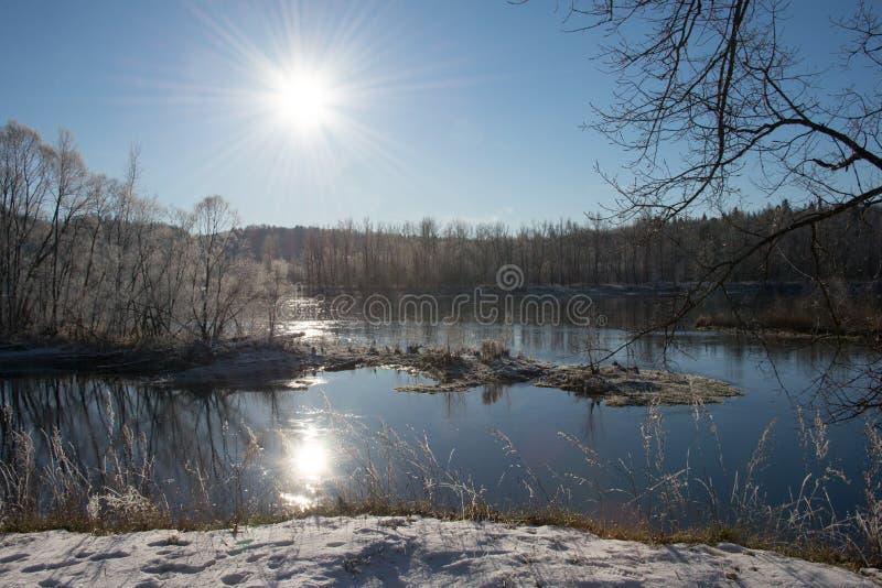 Río en los rayos del sol del invierno imagenes de archivo