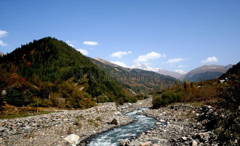 Río en montañas fotografía de archivo