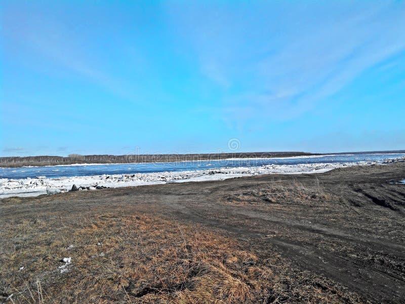 Río en Siberia imagenes de archivo