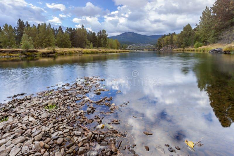 Río escénico en Cataldo, Idaho foto de archivo