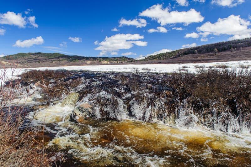 Río estrepitoso en las montañas de Altai imágenes de archivo libres de regalías