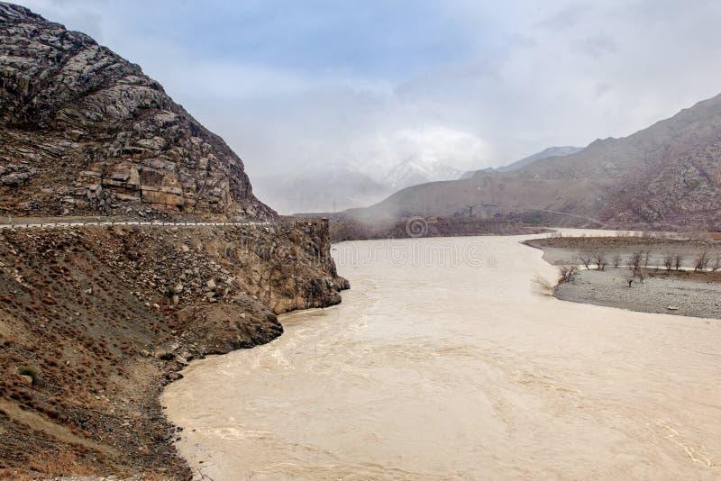 Río estrepitoso en las montañas de Altai fotografía de archivo libre de regalías