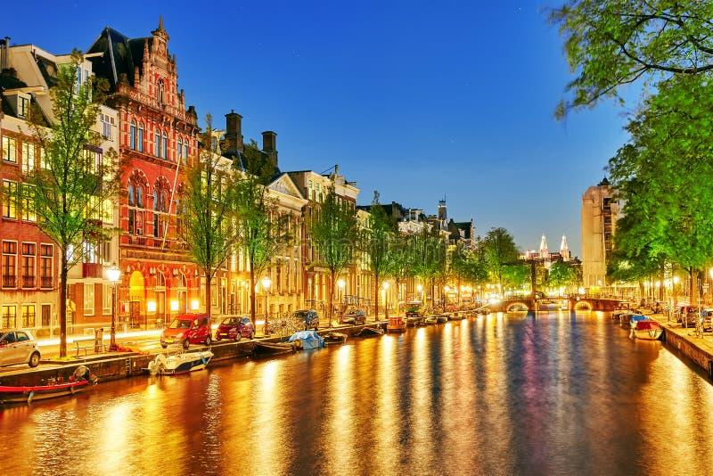 Río famoso de Amstel y opinión de la noche de la ciudad hermosa de Amsterdam fotos de archivo