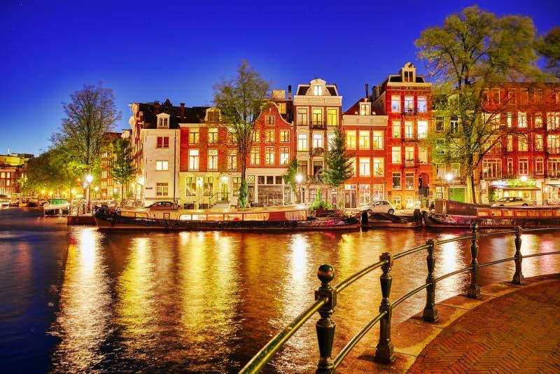 Río famoso de Amstel y opinión de la noche de la ciudad hermosa de Amsterdam imagen de archivo libre de regalías