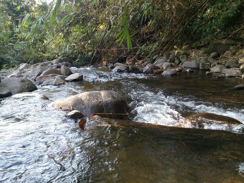 Río hermoso en el pueblo de Indonesia imagenes de archivo
