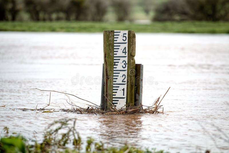 Río hinchado Inundar el alto indicador del marcador foto de archivo libre de regalías