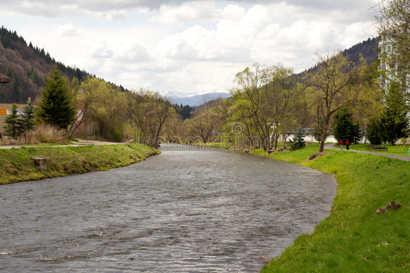 Río Hron en Eslovaquia central fotografía de archivo