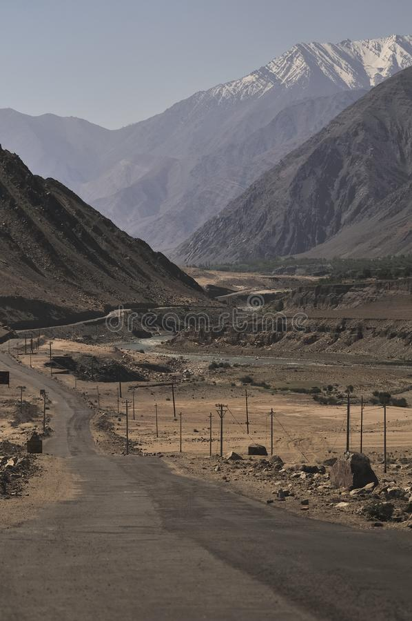 Río Indo que atraviesa las montañas en Ladakh, la India fotos de archivo