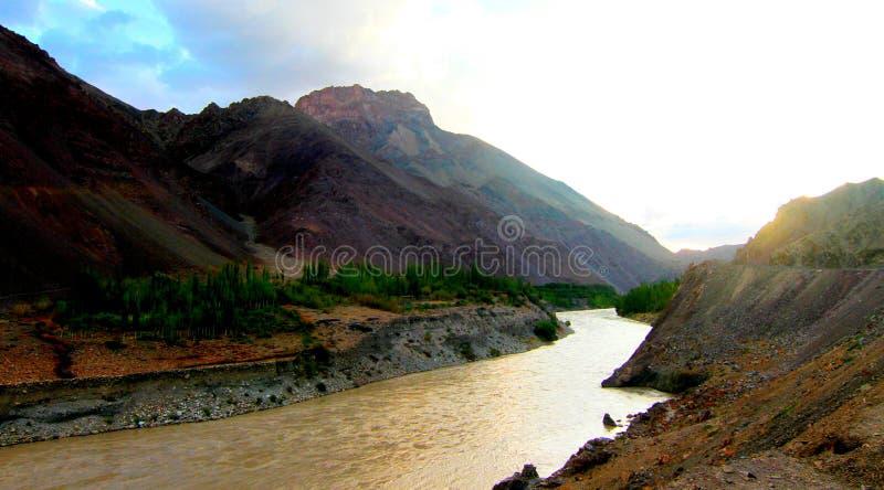 Río Indus cerca de Nurla imagenes de archivo