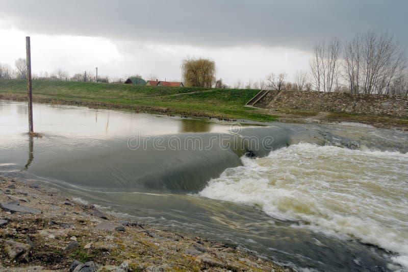 Río inundado con paisaje rural imagen de archivo