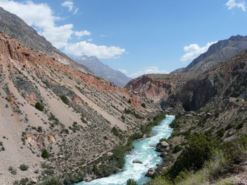 Río Iskanderdarya en las montañas de la fan fotos de archivo