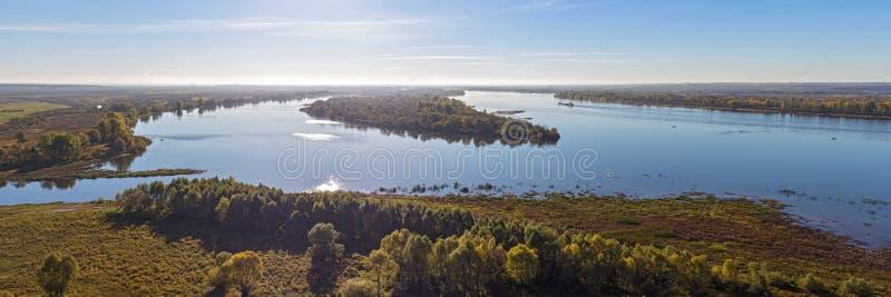 Río Kama en día del otoño imagenes de archivo