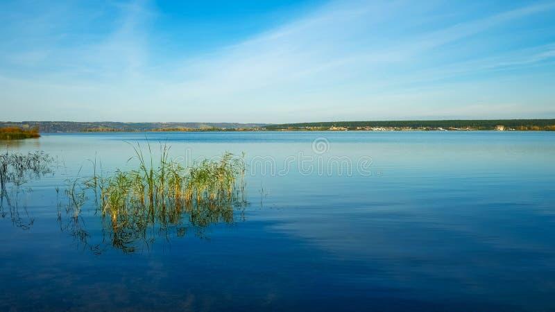 Río Kama en madrugada en otoño imagen de archivo