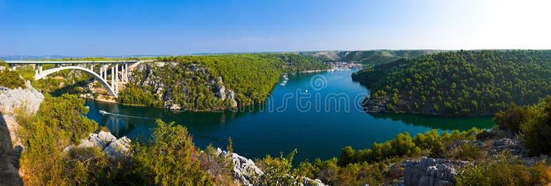 Río Krka, puente y ciudad en Croatia imagen de archivo libre de regalías