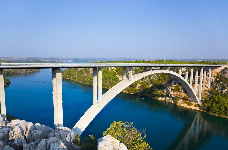 Río Krka y puente en Croatia imagenes de archivo