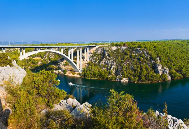 Río Krka y puente en Croatia foto de archivo libre de regalías