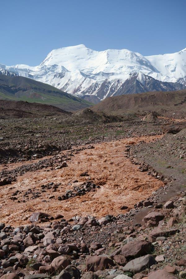 Río Kuzulsu del este del chocolate. Pamir del norte. foto de archivo libre de regalías
