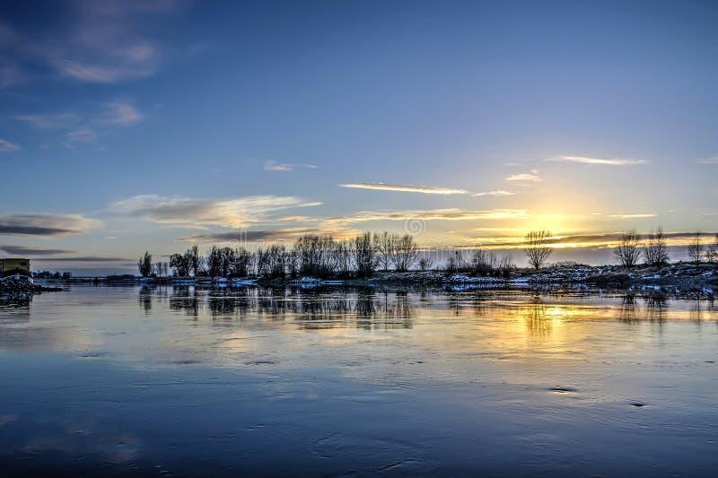 Río lento en invierno fotos de archivo