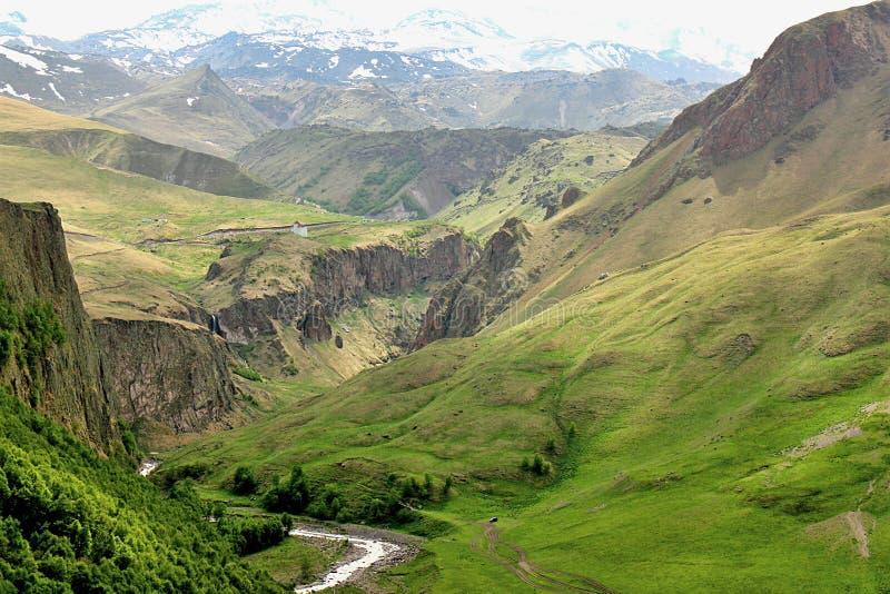 Río Malka de la montaña del barranco en la región de Elbrus imágenes de archivo libres de regalías