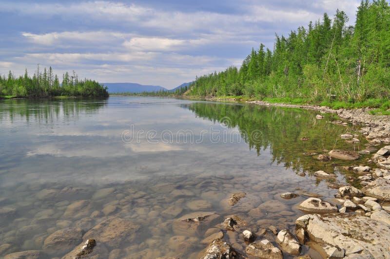 Río Muksun, la meseta de Putorana imagen de archivo