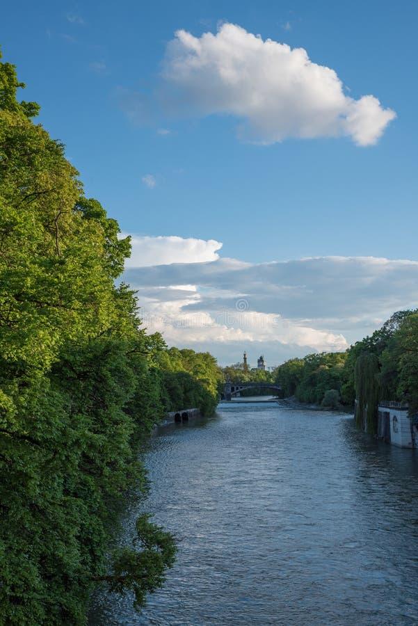 Río Munich de Isar con riverbank verde fotografía de archivo