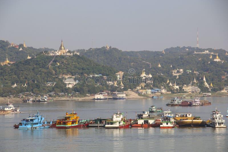 Río navegable Irrawaddy y ciudad de Mandalay, Myanmar imagenes de archivo