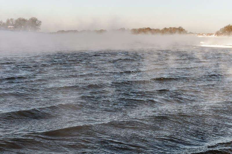 Río no congelado en invierno, en el frío punzante imagen de archivo