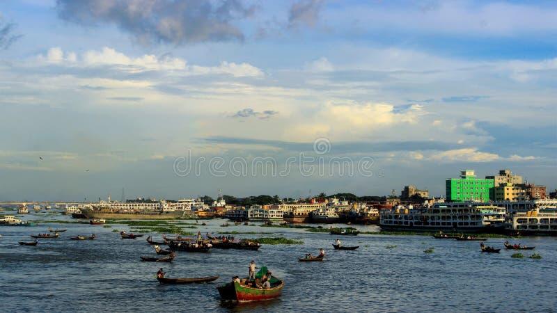 Río ocupado Buriganga fotografía de archivo