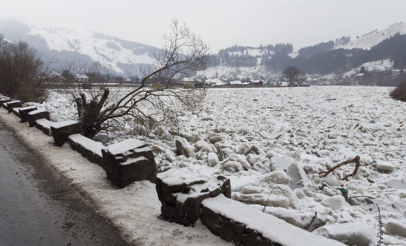 Río por completo del hielo, Bistrita Rumania imagenes de archivo