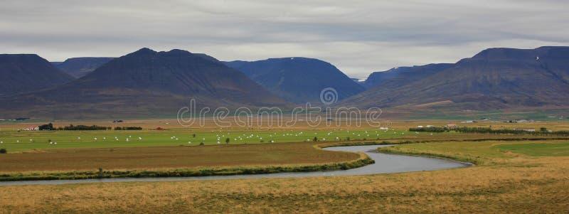 Río, prado verde y montañas cerca de Saudarkrokur, Islandia Cl fotografía de archivo