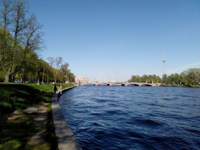 Río, puente, torre de radio imagen de archivo libre de regalías